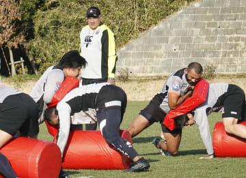 ラグビー日本代表候補合宿で練習を見るジョセフ・ヘッドコーチ(奥)=18日、東京都町田市