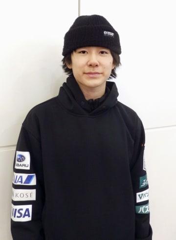 スノーボード世界選手権の男子ハーフパイプで2位になり、帰国後取材に応じる戸塚優斗=18日、羽田空港