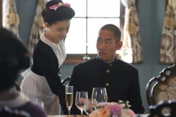 「いだてん」の三島家の女中・シマ(杉咲花)と、食事マナーを学ぶ四三(中村勘九郎) - (C)NHK