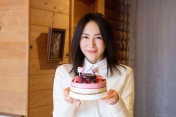 連続ドラマ「絶対正義」の撮影現場で39歳のバースデーを祝われ喜ぶ山口紗弥加さん=東海テレビ提供