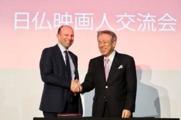 笑顔で握手を交わすユニジャパン副理事の椎名保(写真右)とCNC代表のクリストフ・タルデュー