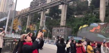 「ビルを貫通するモノレール」 重慶市