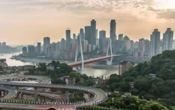 立体交差と都市の夕暮れ 重慶市