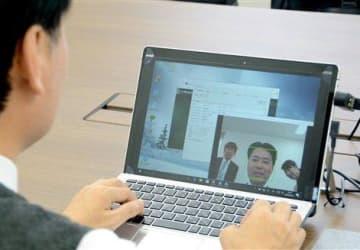 顔認証技術によるセキュリティー対策を導入した九州FGの業務用パソコン。事前登録されていない人物の顔を検知すると画面が自動ロックされる=18日、熊本市中央区