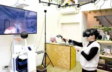 商店街にお目見えしたVRを使ったeスポーツゲーム機器=2月18日、福井県敦賀市神楽町1丁目のコレステ