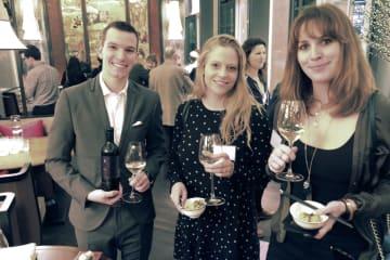 18日、ロンドンのホテルで開かれたイベントで、日本酒を楽しむ参加者ら(共同)