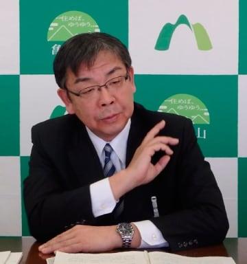 【新年度当初予算案を発表する櫻井市長=亀山市役所で】