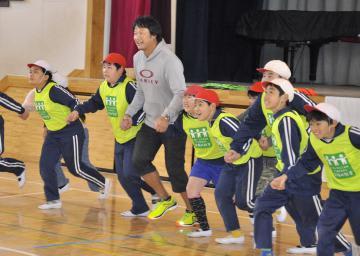 子どもたちと体を動かすマック鈴木さん=鹿嶋市平井