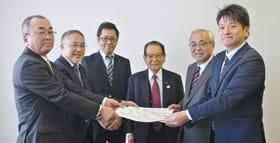 推薦状を受ける菊谷秀吉氏(右から2人目)、中山智康氏(右端)と経済団体の代表、幹部ら
