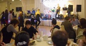 昭和の懐メロを奏でるバンド演奏に誘われ、踊り出す参加者も