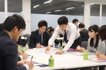 施設の改善点について話し合う参加者=県庁