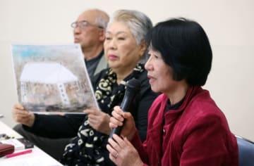 シンポジウムで防空壕群の価値を訴える中村共同代表(右)ら=長崎市桜町、長崎地区労会館