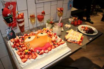 「たまにゃんケーキ」(左手前)と、イベント当日振る舞われた限定メニュー