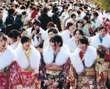 振り袖姿の新成人が集まった仙台市の成人式。対象が18歳になった場合の懸念が広がっている=1月13日、太白区の市体育館