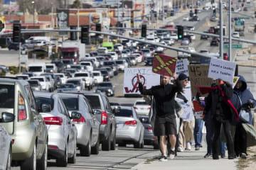 18日、米カリフォルニア州で、トランプ大統領の国家非常事態宣言に抗議する人々(The Daily Press・AP=共同)