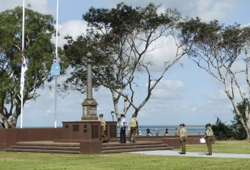 旧日本軍の空襲開始から77年となった慰霊式典=19日、オーストラリア北部ダーウィン(共同)