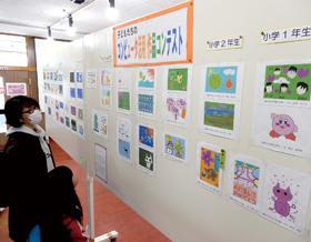 小中学生のCGポストカード作品が並ぶ第7回子どもたちのコンピューター活用作品コンテスト