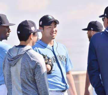 練習中に笑顔でチームメートと話すマリナーズ・菊池雄星=ピオリア