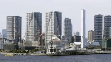 東京の湾岸地域に林立する高層マンション=2018年