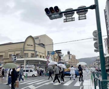 停電で信号が消えたため、警察官が交通整理に当たった四条通木屋町の交差点(京都市下京区)