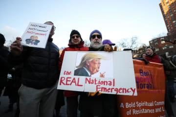 米ニューヨークでのトランプ大統領に対する抗議デモの参加者=18日(ゲッティ=共同)