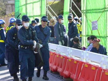 シュワブのゲート前に座り込む市民らを排除する県警の機動隊員=19日午前9時半ごろ、名護市辺野古