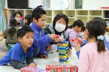 子どもたちと遊ぶ児童支援員=松浦市、志佐児童クラブ