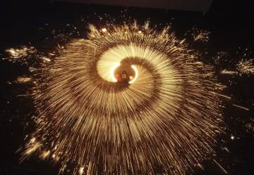 夜空を飾る「打樹花」で祝う元宵節 河北省遵化市