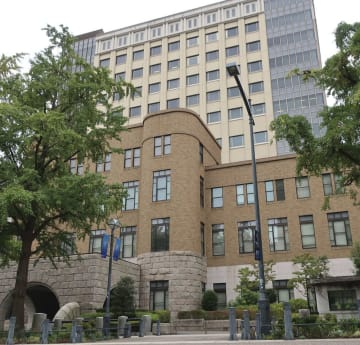 2018年1月、自宅で父親を包丁で刺して殺害したとして殺人罪に問われた少年(19)の裁判員裁判の判決で、横浜地裁は19日、不定期刑を言い渡した。