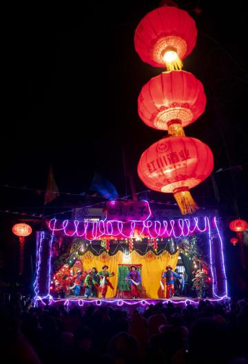 元宵節を祝い「高山戯」上演 甘粛省隴南市