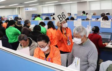 パソコンを使って申告書を作成する納税者ら=18日午前9時55分ごろ、仙台市青葉区の仙台北税務署