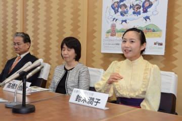 井口阿くりの生涯を描くミュージカルへの思いや決意を語る仙台市出身の主演・鈴木さん(右端)
