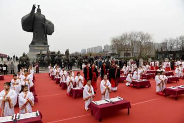 子どもが伝統衣装で「開筆礼」に参加 陝西省西安市