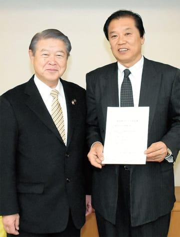 認定書を手にする鈴木栄一社長(右)と加藤修平市長
