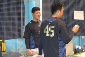 今キャンプ初の1軍練習に合流したオリックス・頓宮裕真(左)【写真:橋本健吾】