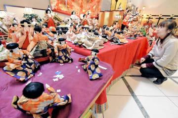 約550体のひな人形を工夫を凝らして並べたひな人形展=2月18日、福井県あわら市大溝2丁目の「ギャルリー・ラコンテ」