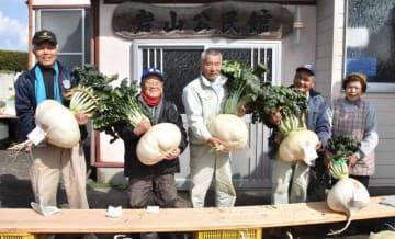 桜島大根の部で入賞した生産者たち