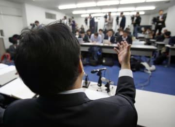 判決を受け、記者会見する自殺した男子生徒の父親=19日午後、大津市