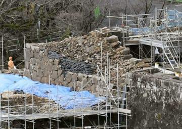 熊本城・飯田丸五階櫓の復旧工事で、約400年ぶりに姿を見せた石垣=19日午後、熊本市