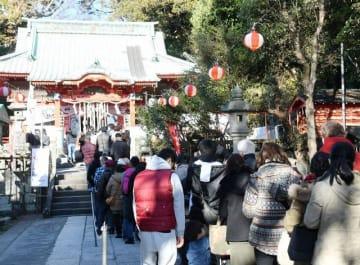 新年を迎え、初詣客でにぎわう海南神社=1月1日、三浦市三崎