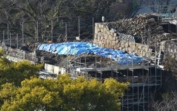 解体された飯田丸五階櫓の下に埋まっていた清正時代の石垣(右上)。足場の組まれた手前(左側)に現在の石垣の一部が見える=19日、熊本市役所14階から撮影(池田祐介)