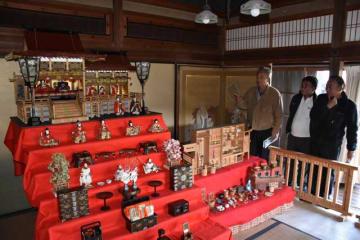 高橋源次郎が堀江泰子さんに贈ったひな飾り。荘厳な作りで見る人を楽しませている