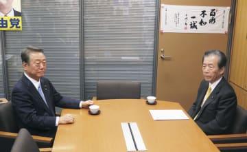 国会内で会談する自由党の小沢共同代表(左)と国民民主党の平野幹事長=19日午後