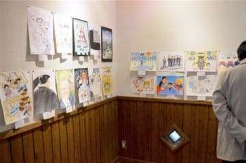 第27回那須良輔風刺漫画大賞の応募作が並ぶ作品展=湯前町