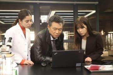 連続ドラマ「トレース~科捜研の男~」第7話にゲスト出演した「AAA」の宇野実彩子さん(一番右)=フジテレビ提供