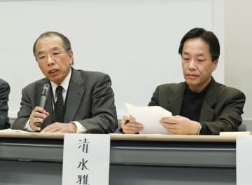 首相官邸が記者クラブに出した要請文の撤回を求め、記者会見する東京大の醍醐聡名誉教授。右は日本体育大の清水雅彦教授=19日午後、国会
