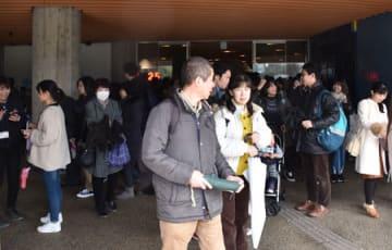 停電による閉館を受け、一斉に外へ出る来館者たち(京都市下京区・京都水族館)