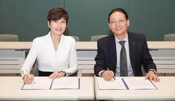 アモーレパシフィックのアン・セホン社長と香港ワトソンズグループの倪文玲COOが、パートナーシップ強化の基本合意書にサインした(ワトソンズ提供)