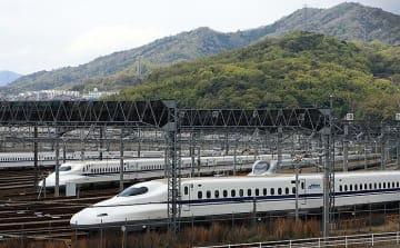【クイズ】うしろに山がみえるこの新幹線車両基地は?