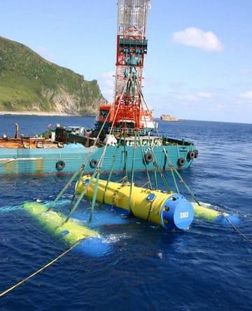実証試験準備中の「かいりゅう」。中央は浮力調整装置で左右に発電機がある=鹿児島県口之島沖(IHI提供)